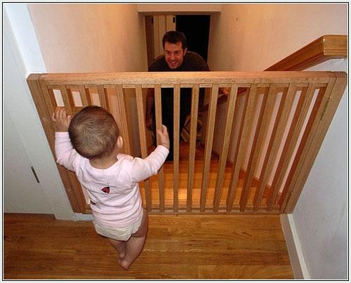 Sử dụng cửa chắn phòng tránh té ngã cho trẻ