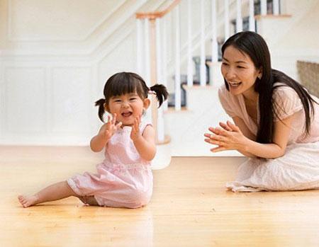 hình ảnh bé và mẹ tập hát