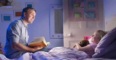 Đọc sách cho bé trước khi đi ngủ