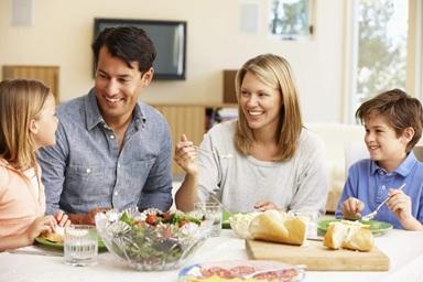 Cả gia đình cùng ăn cơm với bé
