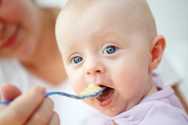 Bổ sung thực phẩm đặc vào thực đơn của bé