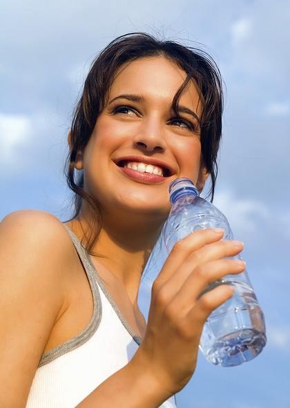 Hình 2: Nên uống nhiều nước.