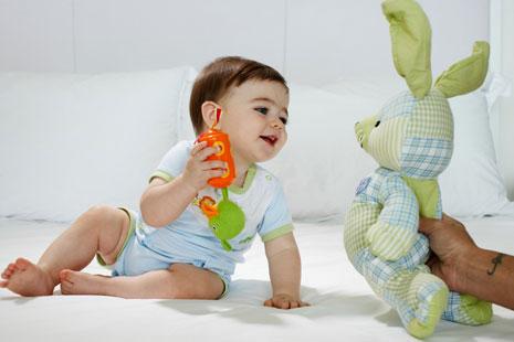 Đưa bé con búp bê là cách làm cho bé không mút ngón tay