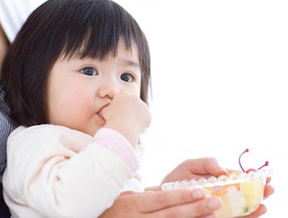 Trẻ 2 tháng tuổi hay mút tay phải làm sao ?