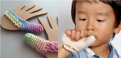 Bao tay len cho bé hay mút ngón tay