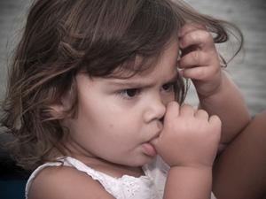 Trẻ hay mút tay khi giận dữ, khi đau.