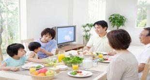 Trẻ ăn cùng với gia đình