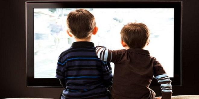 Trẻ nhỏ xem tivi nhiều có liên quan đến các thói quen xấu ở tuổi vị thành niên