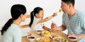 Trẻ nên có bữa ăn chung với người lớn không ?